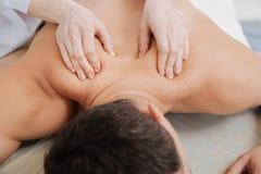 Uomo preoccupato stanco che gode del massaggio terapeutico Fotografia Stock Libera da Diritti