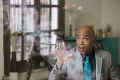 Uomo professionale che manipola un grafico futuristico della rete fotografie stock libere da diritti