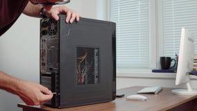 Uomo professionale del riparatore del computer che migliora hardware Sparato in 4k video d archivio