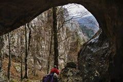 uomo pronto ad esplorare una caverna Immagini Stock Libere da Diritti