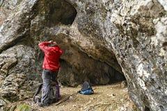 uomo pronto ad esplorare una caverna Immagine Stock