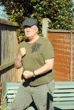Uomo-pronto anziano a combattere. Immagine Stock