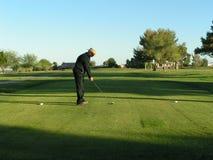 Uomo pronto a colpire il colpo di golf Fotografia Stock