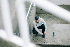 Uomo pronto per funzionamento urbano di inverno Fotografia Stock Libera da Diritti