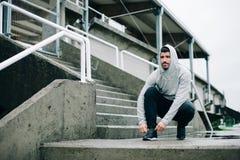 Uomo pronto per l'allenamento corrente di inverno urbano Fotografia Stock