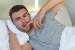 Uomo provocatorio con il dito sulle labbra fotografia stock libera da diritti