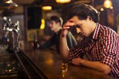 Uomo in pub fotografie stock libere da diritti