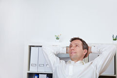 Uomo Relaxed di affari che si appoggia indietro Immagini Stock