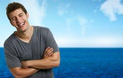 Uomo relaxed sorridente alla spiaggia in giorno di estate Immagine Stock Libera da Diritti