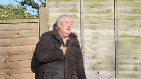 Uomo respirare-senior di difficoltà o di attacco di cuore video d archivio