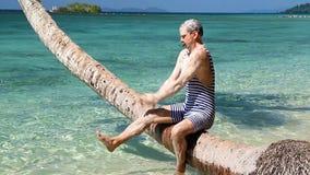 Uomo in retro sapone del bikini il suo corpo stock footage