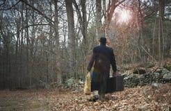 Uomo in retro vestiti che cammina con la valigia Fotografia Stock