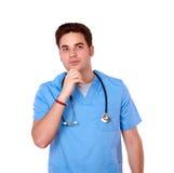 Uomo riflettente dell'infermiere della testarossa che esamina la gente immagine stock libera da diritti
