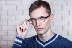 Uomo rigoroso con gli occhiali Immagine Stock Libera da Diritti