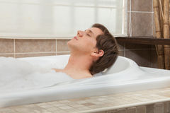 Uomo rilassato nella vasca Fotografie Stock