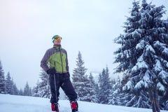 Uomo risoluto in occhiali di protezione e racchette da neve Immagine Stock