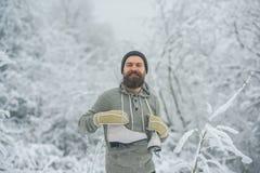 Uomo in rivestimento termico, barba calda nell'inverno fotografia stock