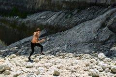 Uomo Rocky Hill alto corrente, esercitantesi durante l'allenamento all'aperto sport Fotografia Stock Libera da Diritti