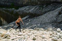 Uomo Rocky Hill alto corrente, esercitantesi durante l'allenamento all'aperto sport Immagine Stock