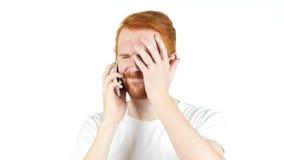Uomo rosso preoccupato dei capelli, notizie sul telefono, emozione di perdita di affari Immagine Stock Libera da Diritti