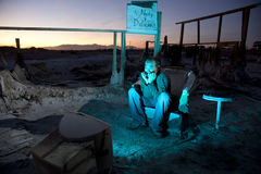 Uomo in rovine che guarda televisione Immagini Stock