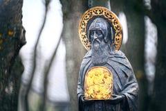 Uomo santo del monumento con un'icona Fotografia Stock Libera da Diritti