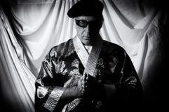 Uomo santo nel pregare del kimono Immagini Stock