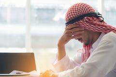 Uomo saudita arabo che lavora in un ufficio, lavoro arabo di sforzo dell'uomo d'affari fotografie stock libere da diritti