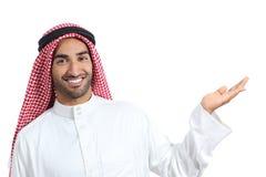 Uomo saudita arabo del promotore che presenta un prodotto in bianco immagine stock
