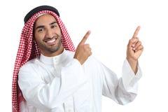 Uomo saudita arabo del relatore che presenta indicare al lato Immagine Stock