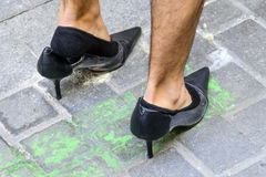 Uomo scarpe d'uso dei tacchi alti del nero Immagine Stock