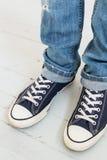 Uomo in scarpe da tennis Immagini Stock