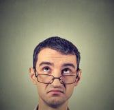 Uomo scettico confuso divertente in vetri che pensa cercare di pianificazione Fotografia Stock Libera da Diritti