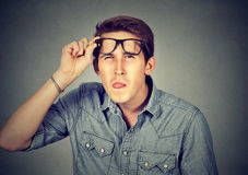 Uomo scettico sembrante divertente in vetri Fotografie Stock Libere da Diritti