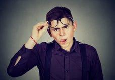 Uomo scettico sembrante divertente in vetri Fotografia Stock Libera da Diritti