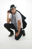 Uomo in sciarpa a quadretti che fissa alla macchina fotografica Fotografie Stock Libere da Diritti