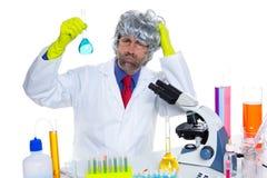 Uomo sciocco dello scienziato pazzo della nullità sul laboratorio chimico Fotografie Stock