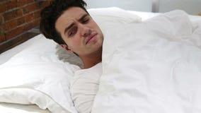 Uomo scomodo che dorme a letto alla notte, irrequietezza stock footage