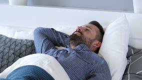 Uomo scomodo che prova a dormire a letto, irrequietezza archivi video