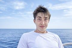 Uomo scompigliato su un yacht fotografia stock