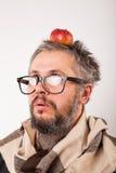 Uomo scontroso anziano con la barba ed i grandi vetri del nerd Fotografia Stock