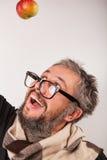 Uomo scontroso anziano con la barba ed i grandi vetri del nerd Immagine Stock