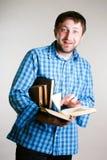 Uomo scosso con i libri a disposizione Fotografia Stock