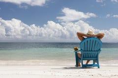 Uomo in sedia sulla spiaggia di Caribbian Fotografia Stock Libera da Diritti
