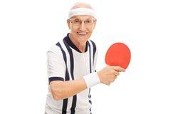Uomo senior allegro che gioca ping-pong fotografie stock libere da diritti