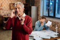 Uomo senior allegro che parla sul telefono Fotografie Stock