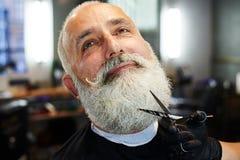 Uomo senior barbuto nel negozio di barbiere Immagine Stock Libera da Diritti