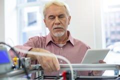Uomo senior bello che pratica ad eseguire stampante 3D Immagine Stock Libera da Diritti