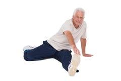 Uomo senior che allunga la sua gamba Immagini Stock