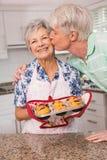 Uomo senior che dà alla sua moglie un bacio Fotografia Stock